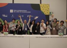 Entrega Antonio Malpica reconocimiento a los ganadores del Concurso Cartas al Autor